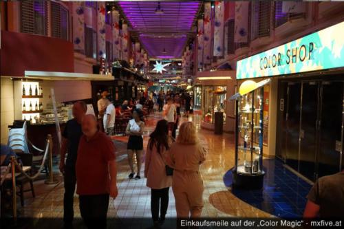 Shoppingmeile auf Schiff