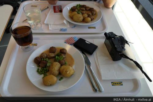 Kotbullar im ersten IKEA